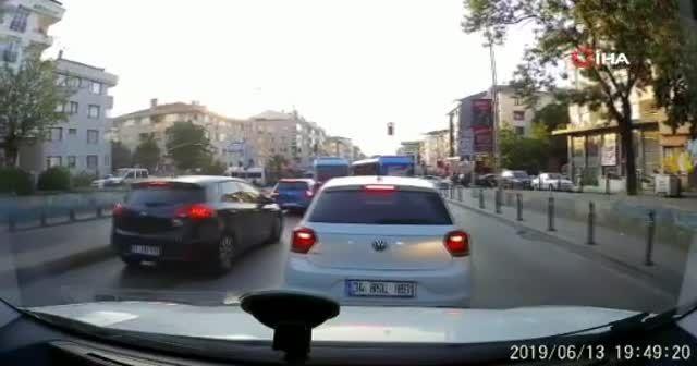 Maltepe'de minibüsçülerin yolcu kapma yarışı kamerada