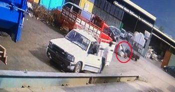Tutmak istediği çuvalla beraber kamyonetten yere çakıldı