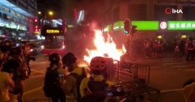 Hong Kong'da sokaklar alev alev