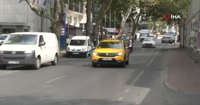 İstanbul'da yolda yürüyen kadının yaşadığı kaza kamerada