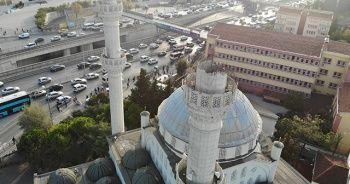 Avcılar'da bir kısmı yıkılan minarenin enkazı kaldırıldı