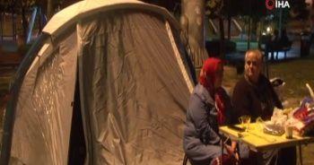 Deprem sonrası bazı vatandaşlar parklarda kalmaya devam ediyor