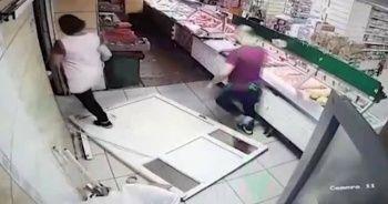 Depremden çayıyla kaçarken kapıyı kırdı