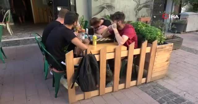 Kafede oturan 2 gence araba çarptı