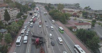 Kocaeli'de makaslayan tır D-100'ü trafiğe kapattı: 1 yaralı