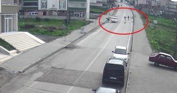 Köpeğin kovaladığı küçük çocuğu otomobil kaldırıma savurdu