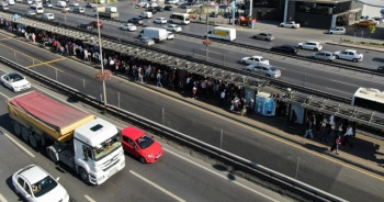 Metrobüste deprem sonrası oluşan yoğunluk havadan görüntülendi