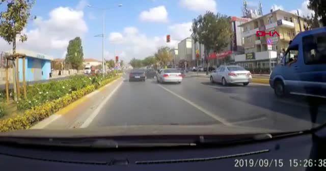Makas atarak yarışan araçların kazası kamerada