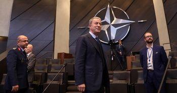 Bakan Akar'dan NATO toplantısında asker selamı