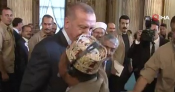 Cumhurbaşkanı Erdoğan'a 'Reis' diye seslenerek sarıldı
