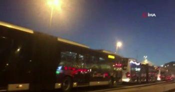 Metrobüs duraklarındaki yoğunluk sürüyor