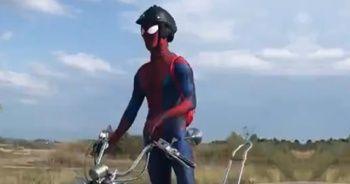 Motosikletli 'örümcek adam' görenleri gülümsetti