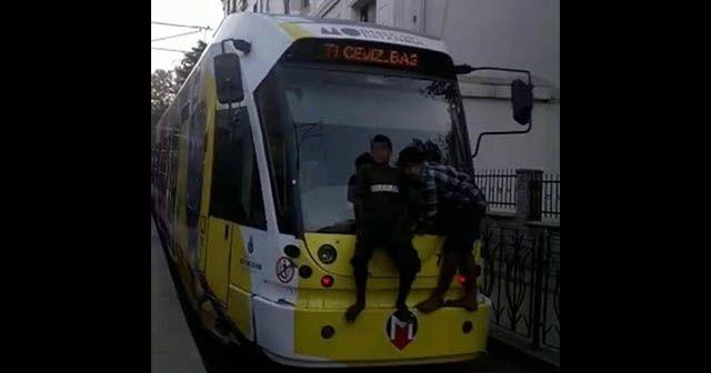 Tramvaya asılan çocukların tehlikeli yolculuğu