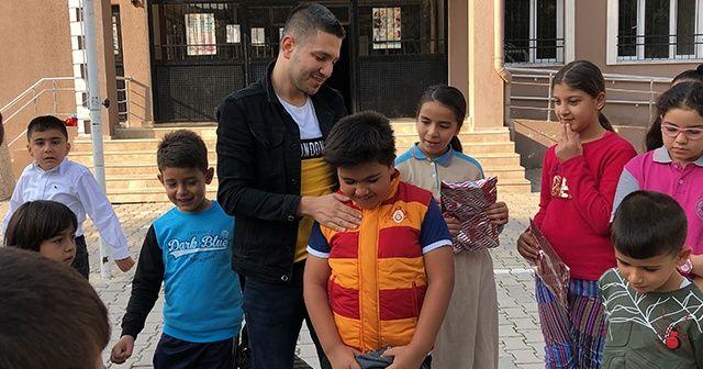 Köy okullarında okuyan öğrencilerin yüzü, Galatasaray'dan gelen spor malzemeleri ile güldü
