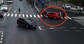 Aracın altında kalan kızı saniyeler içinde kurtardılar