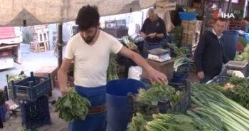 Ispanaklar elde kaldı, pazarcılar ıspanağı çiğ çiğ yedi