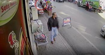 Otomobilin annesiyle yürüyen çocuğa çarpma anı güvenlik kamerasında