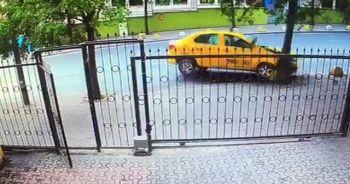 Ticari taksi ağaca çarptı