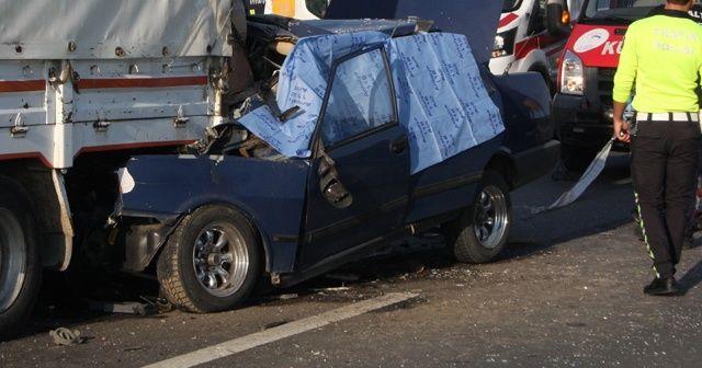 Otomobil kamyona arkadan çarptığı feci kaza kamerada