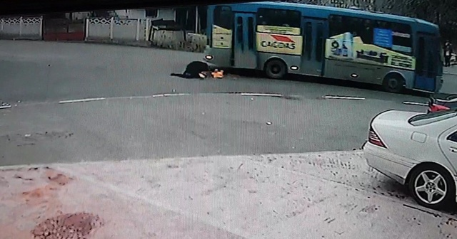 Halk otobüsünün kırılan kapısından yola düştü