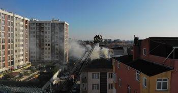 Pendik'te 4 katlı binanın çatısı alev alev yandı