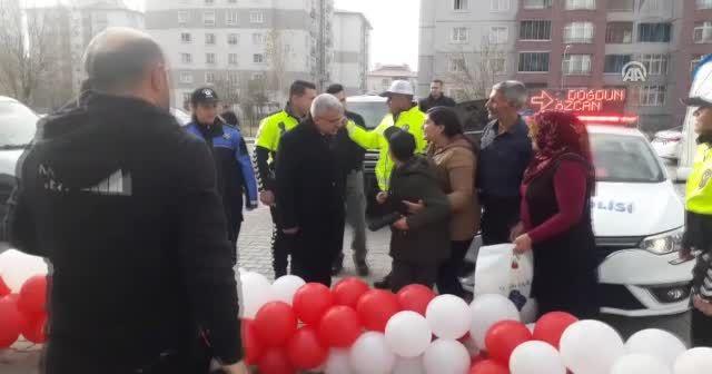 Polis ekiplerinden engelli çocuğa doğum günü sürprizi
