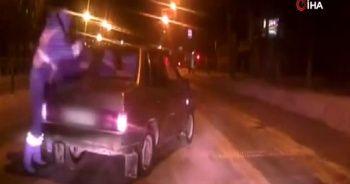 Trafik polisi hareket halindeki araca binerek sürücüyü durdurdu