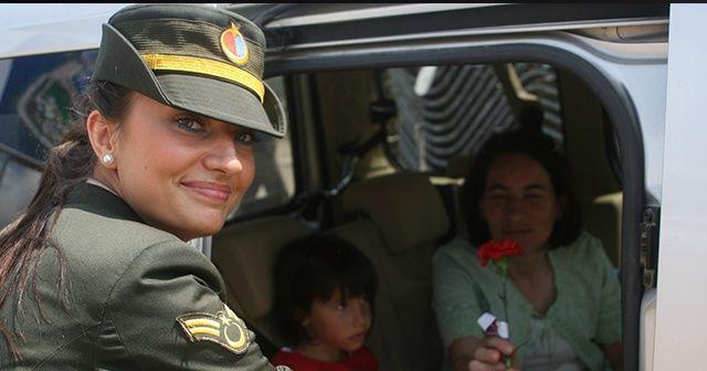 Şehit askerin karanfil dağıtırken çekilen görüntüleri yürekleri dağladı
