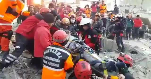 AFAD görüntüleri paylaştı! 11 saat sonra kurtarıldılar