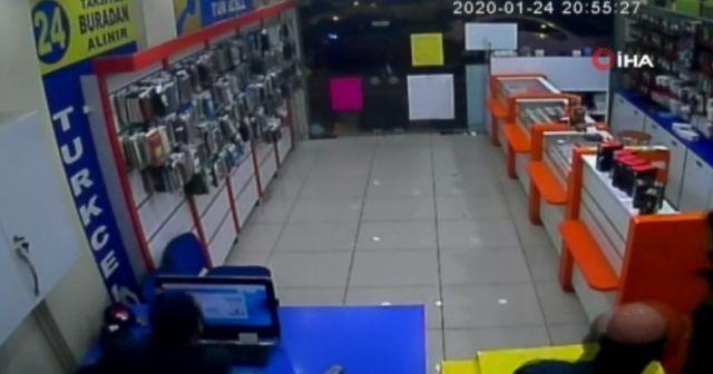 Deprem anı güvenlik kamerasına yansıdı