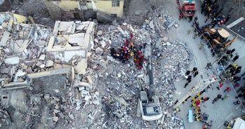 Elazığ'da 2 kişi enkazdan kurtarıldı