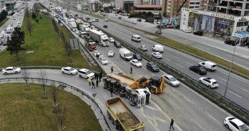 Haramidere TEM bağlantı yolunda hafriyat kamyonu devrildi