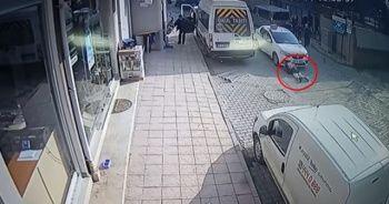 Okulun kapısından koşarak çıkan kız öğrenciye ticari dolmuş çarptı