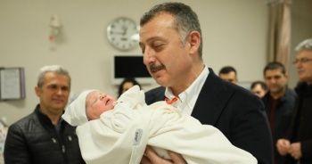 Yeni yılın ilk bebeğinin kulağına belediye başkanı ezan okudu