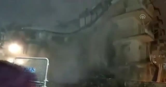 Elazığ depreminde hasar gören bina böyle çöktü
