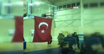 İçişleri Bakanı Soylu depremzede çocuklarla basketbol oynadı