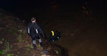 Irmağa atlayan kızını kurtarmak isteyen baba kayboldu
