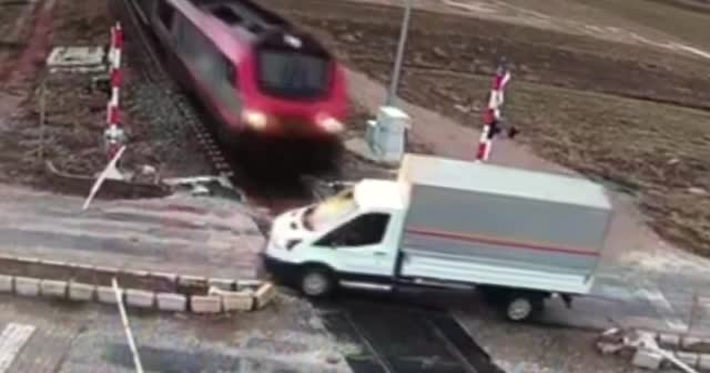 Kamyonete tren çarptı! O anlar kamerada