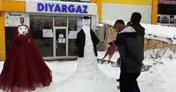 Kardan gelin ve damat yapıp halay çektiler