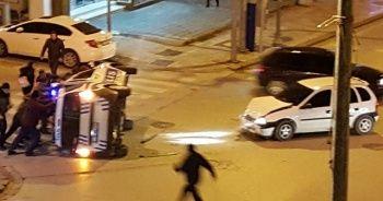 Kırmızı ışıkta geçen araç polis aracını devirdi