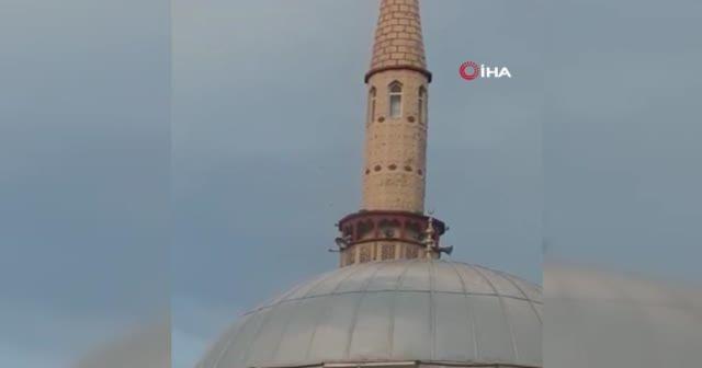 Minare fırtınada beşik gibi sallandı