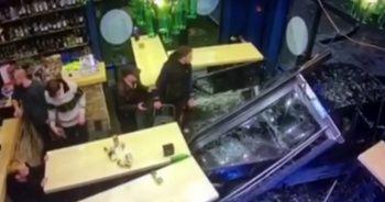 Rusya'da bir otomobil kafede oturanların arasına daldı