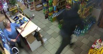 Silahlı soyguncuyu paspas sopasıyla alt etti