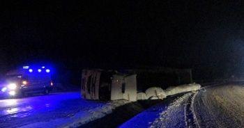 Tokat'ta buzlanan yolda tır devrildi: 2 yaralı