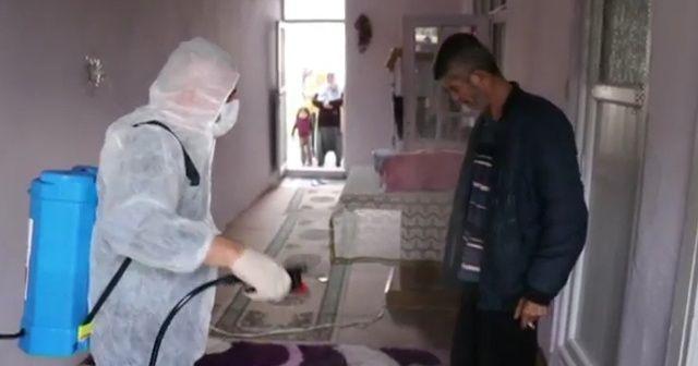 Dezenfekte yapan ekipler, vatandaşları da ilaçladı