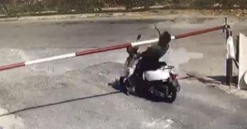 Motosiklet sürücüsü bariyeri fark edemedi