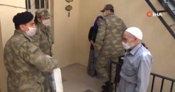 MSB, şehit ve gazi aileleri ile 65 yaş üzeri vatandaşlara yaşam malzemesi dağıttı