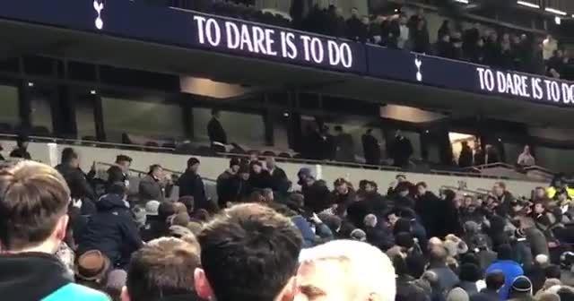 Tottenhamlı futbolcu Eric Dier, tribüne çıkıp taraftar kovaladı