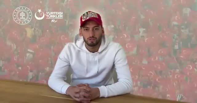 Milli futbolcu Çalhanoğlu'ndan 'Virüse pas yok, evde kalıyoruz' mesajı