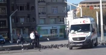Sağlık çalışanları Taksim'deki kuşları besledi